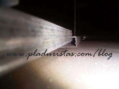 Perfileria sin fijar en un falso techo de Pladur en Barcelona.