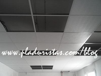 Montaje de falso techo registrable de Pladur vinílico en Barcelona.